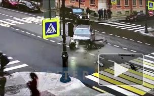Видео: автомобиль потерял передний бампер после аварии на Петроградке