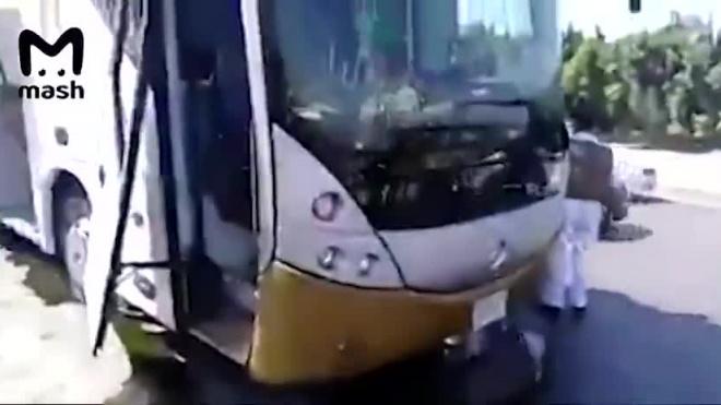 Видео из Египта: Рядом с туристическим автобусом около пирамид в Гизе взорвалась бомба