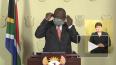 Президент ЮАР решил надеть медицинскую маску и запутался ...