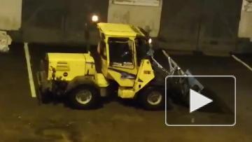 Петербуржцы пожаловались на тракториста, который вместо уборки снега стоит на месте и жжет топливо