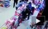 Видео: бойкая продавщица дала отпор грабителю с ружьем в Казахстане