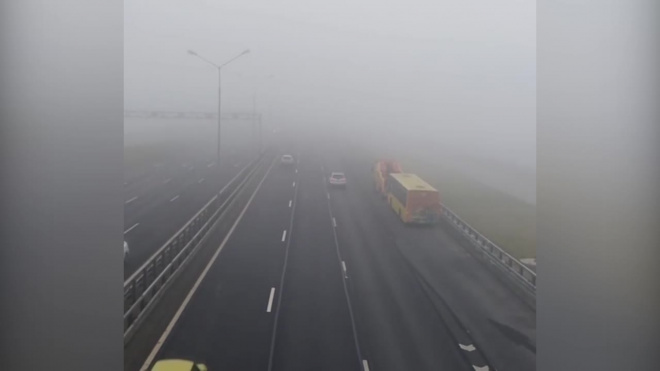 Дамба утонула в тумане. Водителям приходится тормозить