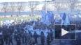 Фанаты «Зенита» движутся колонной со стороны Дворцовой ...