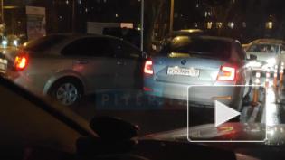 Петербуржцы встали в километровую пробку из-за ДТП на Кондратьевском