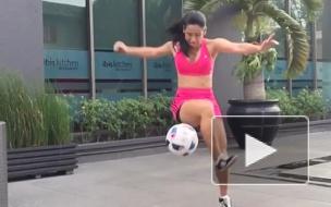 Аппетитная бразильянка чеканит мяч (Видео)