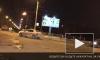 Видео: В Петербурге после аварии на крышу опрокинулась машина такси