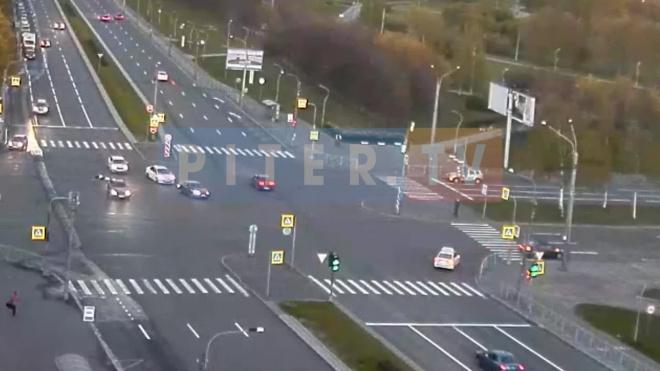 На перекрестке Светлановского и Луначарского проспектах столкнулись две легковушки