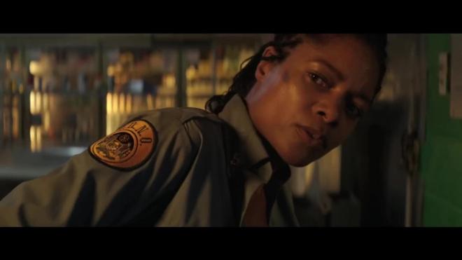 """Звезда """"Бонда"""" спасается от продажных полицейских в трейлере """"Черное и синее"""""""