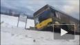 Видео: Автобус улетел в кювет после столкновения с легко...