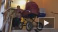 Житель Невского района вынужден спускать детскую коляску...