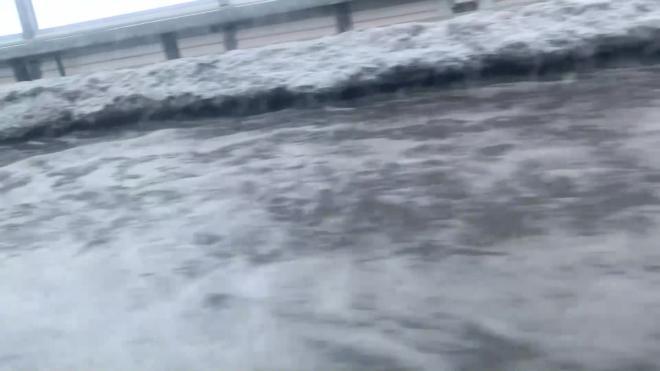 Съезд с Васильевского острова подтопило из-за тающего снега