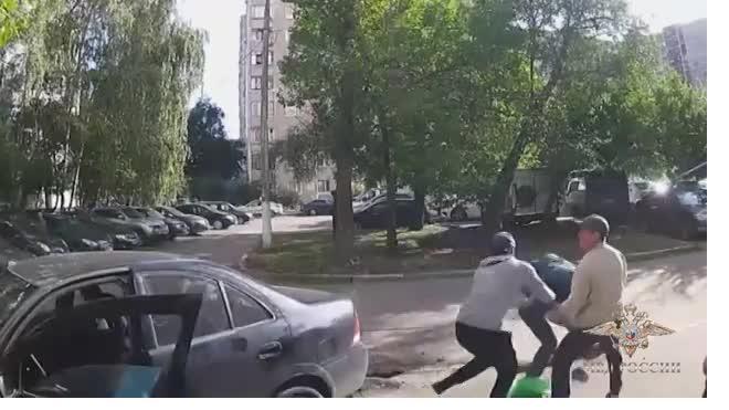 Видео: В Москве угонщик переехал владельца машины и ударил полицейского