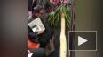 Видео: мужчина решил сэкономить на доставке и повез ...