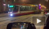 На Среднеохтинском проспекта трамвай сошел с рельсов и зацепил автомобиль