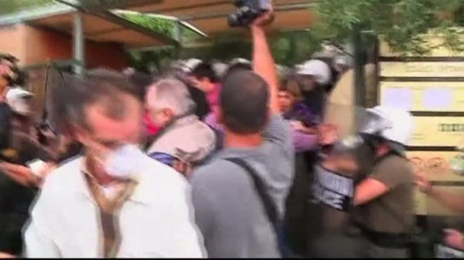 Акрополь освобождали со слезоточивым газом