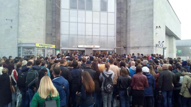 """Очевидцы: у метро """"Дыбенко"""" собралась большая очередь на вход"""