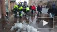Сотрудники ТСЖ расчищают Невский проспект от наледи ...