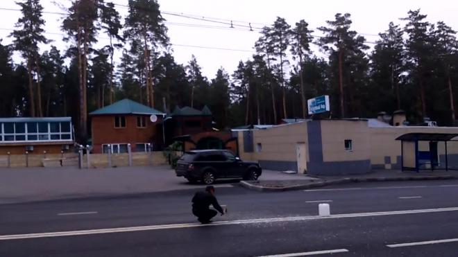 """В Тольятти мужчина """"разрезал"""" двойную сплошную полосу на дороге топором"""