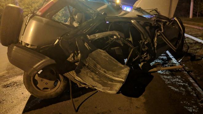 Чудом остался жив: Машину разорвало на части после ДТП в Омске