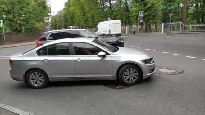 """Доброволец в Пушкине помогает автобусам и легковушкам замечать """"кирпич"""""""