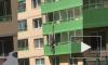 Видео: в Кудрово молодой экстремал выкользнул с балкона на улицу по шелковым покрывалам