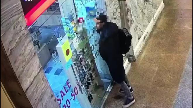 Ограбление магазина косметики на Московском вокзале попало на видео