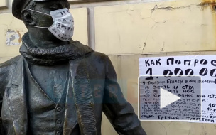 В Петербурге памятник Остапу Бендеру снабдили маской и туалетной бумагой