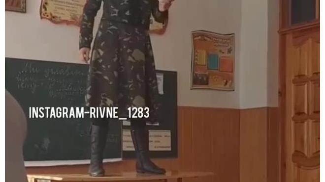На Украине учительница в камуфляже залезла на парту и рассказала детям о Майдане