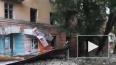 Видео из Саратова: На тротуар обрушилась крыша и фасад д...