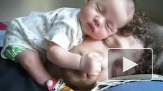 ребенок и папа спят