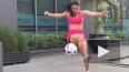 Аппетитная девушка чеканит мяч (Видео)