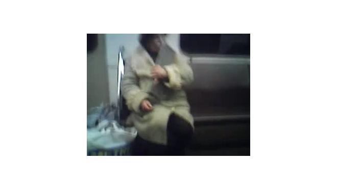 Женщина-радистка в метро