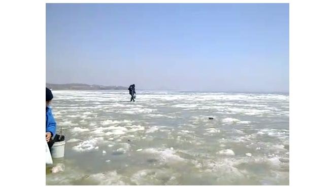 Лед треснул под рыбаком