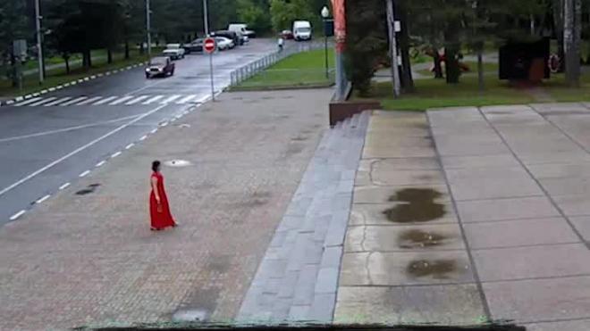 Видео: жительница Обнинска залила Вечный огонь водой