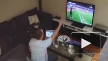Жена издевается над мужем во время футбольного матча