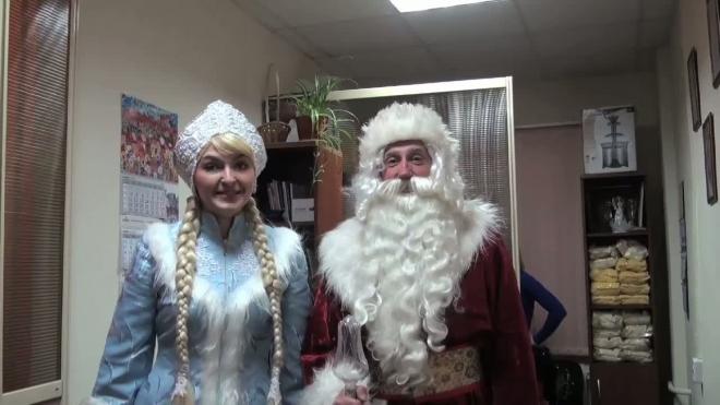Месяц до Нового года. Вместе с первыми морозами в городе появились Снегурочки