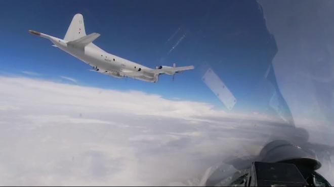 Российские истребители вылетели на перехват американских бомбардировщиков