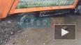 В Приморском районе застрявший в асфальте мусоровоз ...