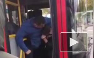 Видео из Казани: Водитель автобуса избил пассажира за неоплаченный проезд