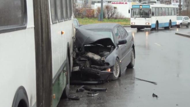 BMW затормозила в автобус. ДТП на Богатырском