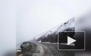 Очевидцы сняли на видео снег в Магаданской области
