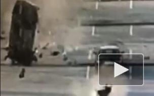 Видео: В аэропорту Кольцово в Екатеринбурге такси с пассажиром кувырком пролетело по стоянке