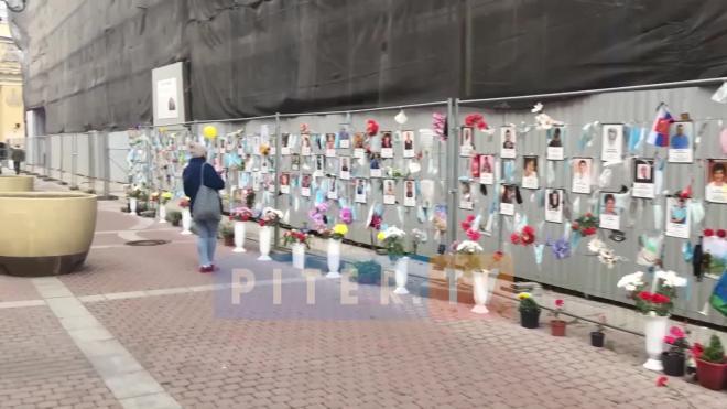 Ограждение от стены памяти погибшим врачам убрали