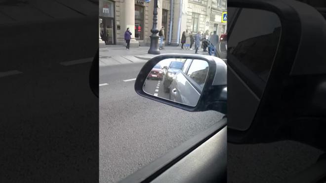 Видео: на Невском мотоциклист сбил женщину на пешеходном переходе