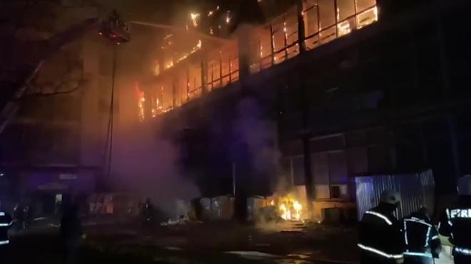 К месту пожара на Петергофском прибыл пожарный поезд
