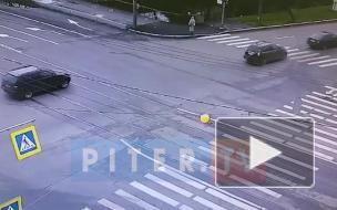 Видео: момент ДТП на перекрёстке Торжковской и набережной Чёрной речки