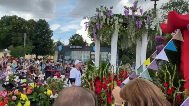 """Парад """"Фестиваля цветов"""" стартовал в Петербурге"""