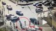 На видео попал момент падения дорожного знака на людей н...