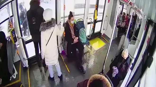 Доставщик пиццы в Москве заехал в трамвай на мопеде