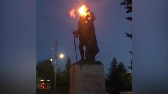 В Портленде протестующие снесли памятник первому президенту США